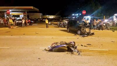 摩托车逆向行驶与轿车迎面撞。
