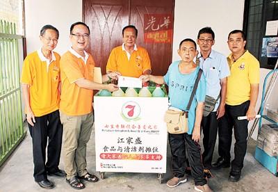 许国川(左2)移交5000令吉予江家盛(右3),连由王良进(左起)、彭炎丁、骆荣金以及紧急槟城区PKKT11成员陪同见证。