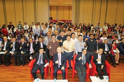 何国忠(前排坐者左起)、魏家祥、蔡贤德、李仕伟与研讨会的参与者大合照。