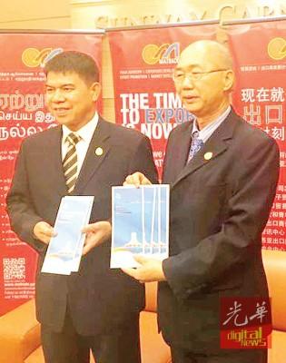 黄平洋(左起)与温有志迎商家们踊跃参与第14到中国-东盟博览会。