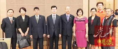 诸开旻(左4)和马来西亚对外贸易发展局及东博会见代表合影。