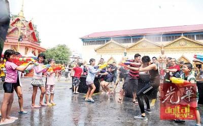 槟城卧佛寺变成了欢乐的水战场。