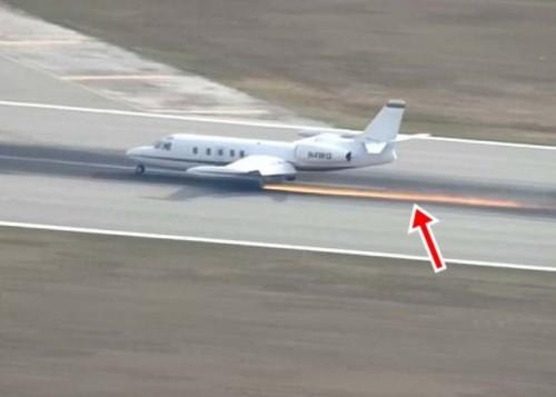 飞机滑行时起落架与跑道磨擦导致火花四溅。