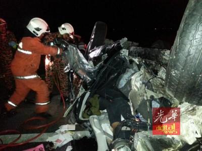 有人被夹在轿车内,消拯人员进行施救。