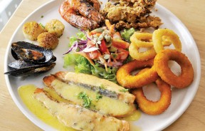 Seafood Platter--海鲜爱好者不容错过!挪威三文鱼、海鲜圈、香烤带子、虎虾、青口等等各类海鲜拼在一起,让人垂涎!(RM39.90)