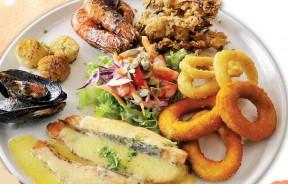 Seafood Platter 海鲜爱好者不容错过!挪威三文鱼、海鲜圈、香烤带子、虎虾、青口等等各类海鲜拼在一起,让人垂涎!(RM39.90)
