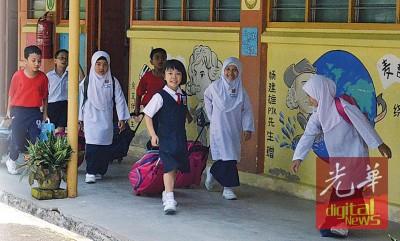 孩子们脸上挂着天真无邪的笑容,是无忧无虑的校园生活赋予他们喜悦。