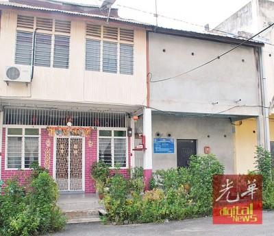 """当年的""""马来西亚茶室""""(左)现已成为居民住家,而右侧的房屋则是当年育强学校最初的校址。"""