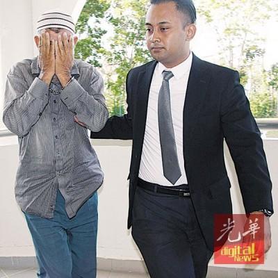 53岁大马籍巴基斯坦人涉及贿赂警员,今早被反贪会押上亚罗士打法庭面控,被告以双手遮脸避开摄影镜头。
