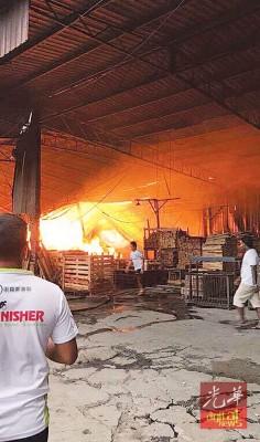 威北一木材加工厂火患,火势一发不可收拾。