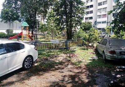 华人男子弃车在宝石花园之俱乐部旁。