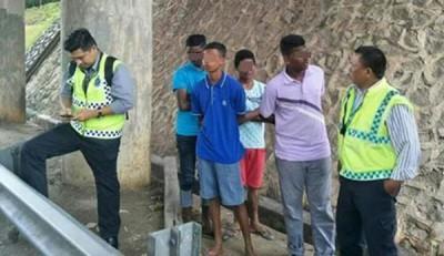 在大道丢石头的4名14岁印裔学生遭逮个正着。