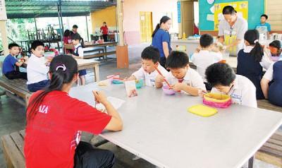 拉强校园内活动一切如常,学员们依然上课。