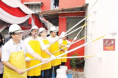 佳日星(左2起)、林冠英、阿菲夫等一起为诗布朗再也组屋的粉刷计划主持推介礼。