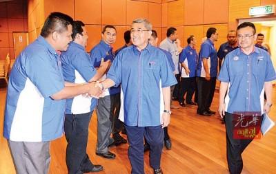 阿末巴沙也提醒社会发展局职员勿为反对党站台,否则将被采取革职行动对付。