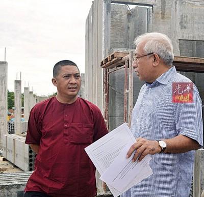 马哈基尔卡力(右)巡视巴东得腊区人民组屋(PPR)房屋工程,左起为峇鲁希山陪同。