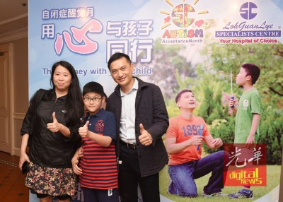 """右起陈锦鸿、陈驾桦及杜雯惠,为""""与孩子同行2""""自闭症讲座会给力。"""
