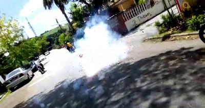 生在燃放炮竹后摩托车离开。