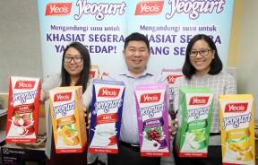 黄志毅(中者)与林晓仪(左者)及林晓玲手持六种酸乳风味饮料Yeo's Yeogurt。