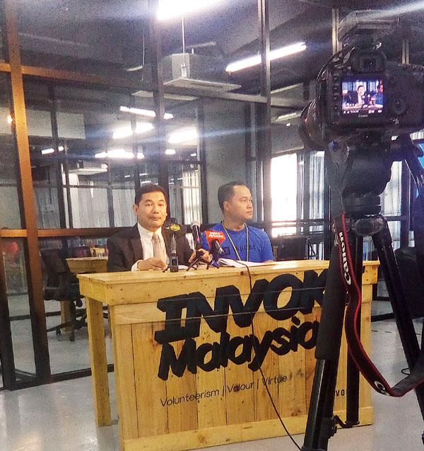 拉菲兹召开新闻发布会,同时在网络做直播。