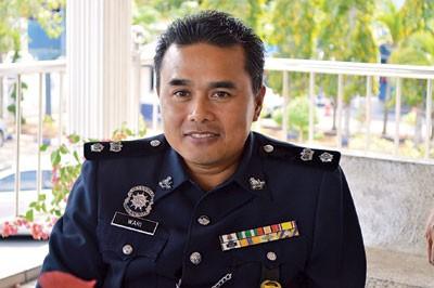 瓦里警监。