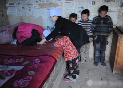 患癌症的母亲马飞燕称自己将不久于人世,并给创办助学中心的好心人禹小琴下跪,请求她收留自己的4个孩子。