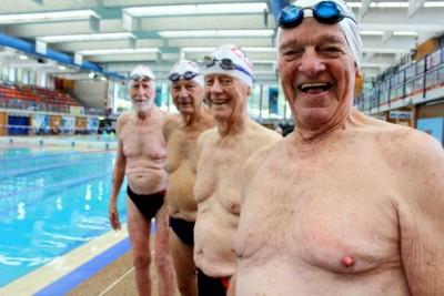 4人打破当地纪录成为最老的游泳队伍。