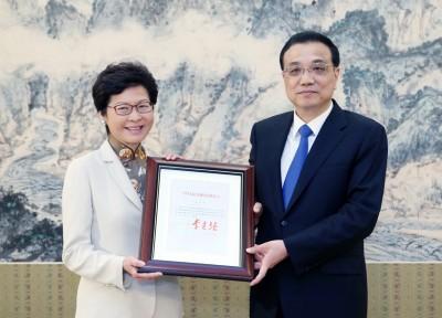 林郑月娥(左)周二早接受总理李克强(右)任命。