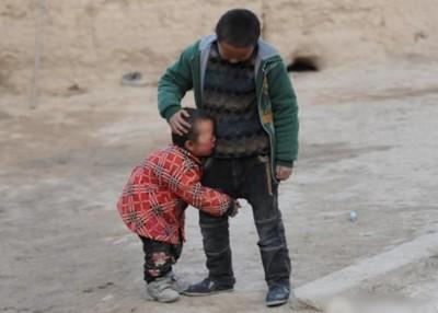 4岁的马小云抱着哥哥号啕大哭。她是家里年纪最小的孩子,妈妈卧床没法照看她,平日由两个哥哥轮流照顾,一哭闹起来就抱着哥哥不松手。