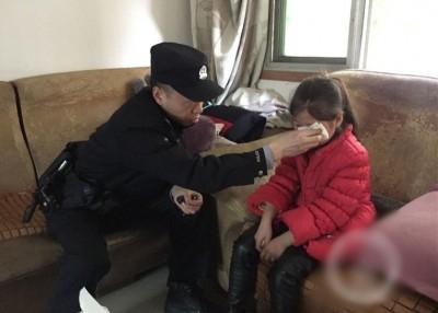 小玉(右)见警员(左)入屋,已即时吓得大哭起来。