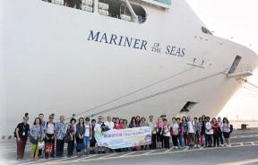 """由安邦有限公司(AIRBORNE SDN BHD)举办""""乘坐海洋水手号,8天畅游新加坡、曼谷及胡志明市""""海洋之旅团员与""""海洋水手号""""合影。"""