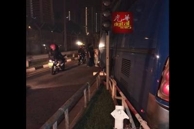 厂巴撞到栏杆遇阻力后方停止。
