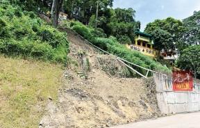 芙蓉沉香蜈蚣山天师爷庙首次面对严重土崩,约100尺高。