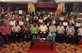 阿兹敏(前排左5)出席一项赠送恩物活动后,与众人合照。