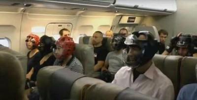 美联航发生强制驱赶华裔乘客事件后,国外网站看到照片:美联航乘客纷纷戴上头盔,以策安全。