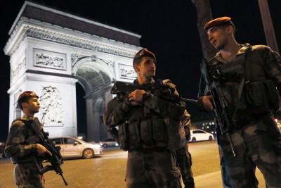 恐袭后警员持枪戒备。(法新社照片)