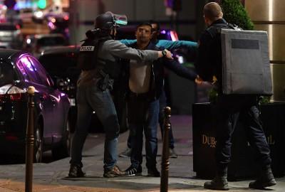 警员到场向可疑民众进行搜索。(法新社照片)