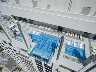 """""""天池""""座落于42楼,而且一部份凸出大楼外。"""