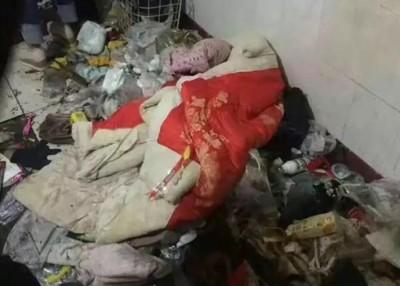 男童居住的地方凌乱不堪,遍地垃圾。