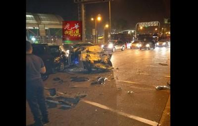 车祸现场满地都是碎片,幸好无人伤亡,但却引起了交通阻塞。