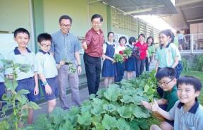 林洛瑢校长(左四)与家协主席廖宏康(左三)都非常支持校园农耕计划,也欣见城市孩子们都能亲身体验农耕的乐趣。