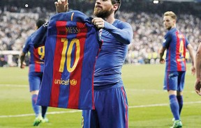 梅西完成绝杀后常激动的来到场边脱下球衣,将印有自己名字和号码的那一面展示给伯纳乌的皇马球迷看!