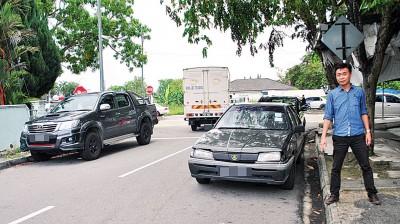 许钪凯:淡汶再也市局小贩中心缺乏停车位,居民指顾客车停住宅区两侧,引起进出不便。