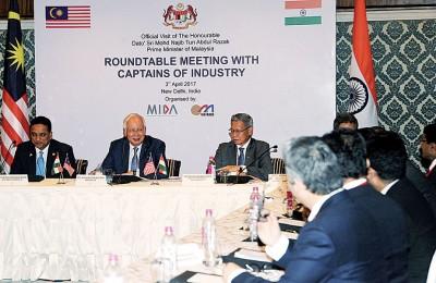 纳吉(左2)主持业界领袖圆桌会议,左为副外长理查马力肯、右为贸工部长慕斯达法。