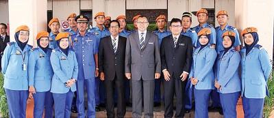 阿兹兰(前排右5)与玻州民防部队合影。前排右4起玻州秘书占里、州议长韩丹巴哈里,以及玻州民防部队主任依斯哈。