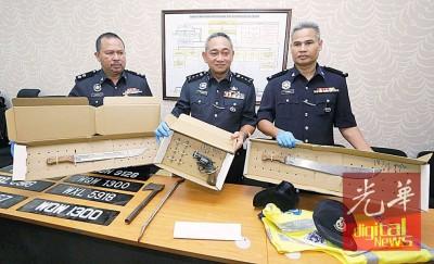 哈斯南(吃)于记者会上显示起获的手枪、巴冷刀、斧头及匪徒之案工具。