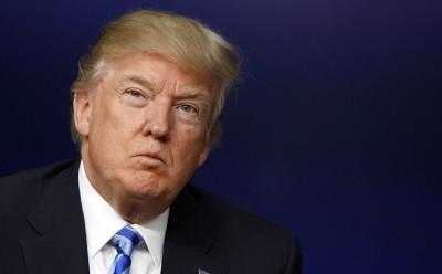 """特朗普称美联航拖客""""很可怕""""。"""