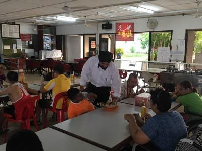 峇日星在三八妇女节不派花,反而是到残障中心设宴,请弱势群体吃午餐。