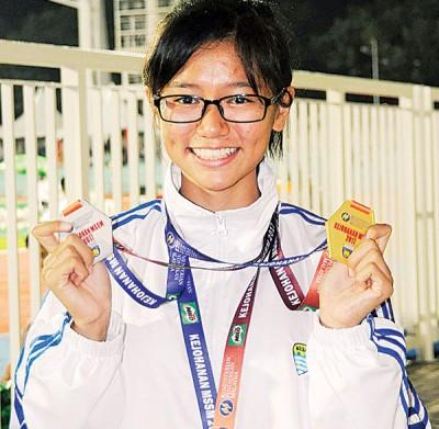 本届全国学联每战皆登上颁奖台的骆盈均展示她为槟州斩获的奖牌。