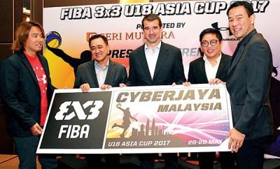 陈其贤(右起)、赖俊瀚、桑切斯、余德胜和蔡文圣联手为国际篮总3X3亚洲杯18岁以下青年篮球赛主持推介礼。